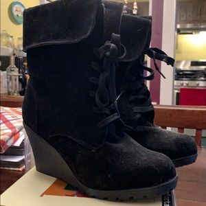 Body central wedge boots